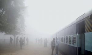 उत्तर भारत में छाये घने कोहरे के कारण 53 ट्रेनें देरी से चल रही है