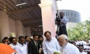 जयललिता को प्रधानमंत्री नरेंद्र मोदी ने चेन्नई पहुंच श्रद्धांजलि दी,शशिकला के सिर पर हाथ रख,पन्नीसेलवम को गले लगा कर् दी सांत्वना