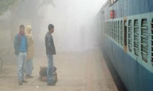 उत्तर भारत में कोहरे के बीच 52 रेलगाड़ियां देरी से चल रहीं है