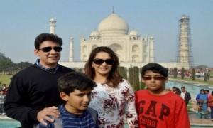 जानी -मानी अभिनेत्री माधुरी दीक्षित ने पति और बच्चो के साथ  किया ताजमहल का दीदार,प्रशंसक टूट पड़े उनकी एक झलक पाने को