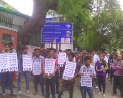 एसओएल में बी.कॉम. फाइनल ईयर का पेपर लीक होने पर आक्रोशित छात्रों द्वारा भारी विरोध प्रदर्शन