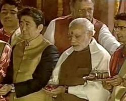 गंगा आरती में शामिल हुए पीएम मोदी और जापानी पीएम..