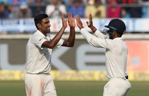 भारतीय गेंदबाज़ो के सामने लंकाई हुए चित, पहले दिन की समाप्ति पर भारत 11/1 रन