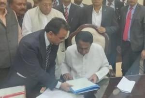 कमलनाथ ने किसानों की कर्जमाफी से जुड़ी फाइल पर किया हस्ताक्षर