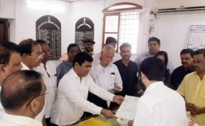 गोवा में कांग्रेस सरकार बनाने में जुटी, 14 विधायक राजभवन पहुंचे