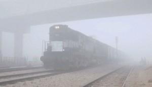 राजधानी दिल्ली में सुबह कोहरा छाया, 15 रेलगाड़ियां रद्द