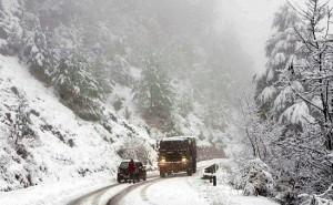 जम्मू-कश्मीर के रजौरी में ताजा बर्फबारी से रोड हुई बंद
