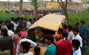उप्र के कुशीनगर में ट्रेन से स्कूली वैन टकराई, 13 बच्चों की मौत