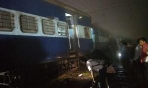 महाराष्ट्र में मुंबई-हावड़ा मेल के तीन डिब्बे पटरी से उतरे
