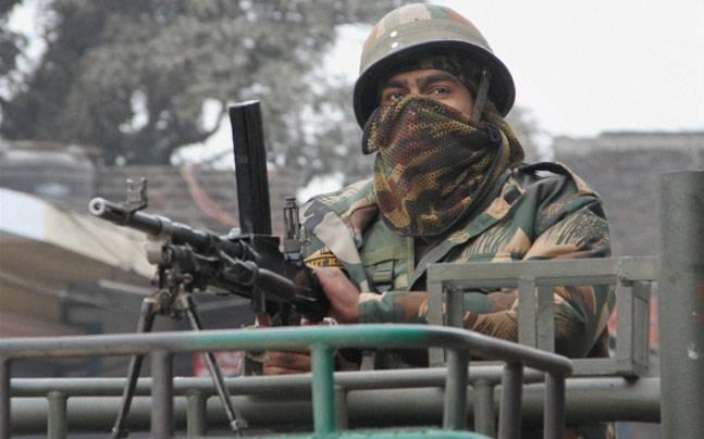 आतंकियों ने पुलवामा में सीआरपीएफ कैंप पर हैंड ग्रेनेड फेंका