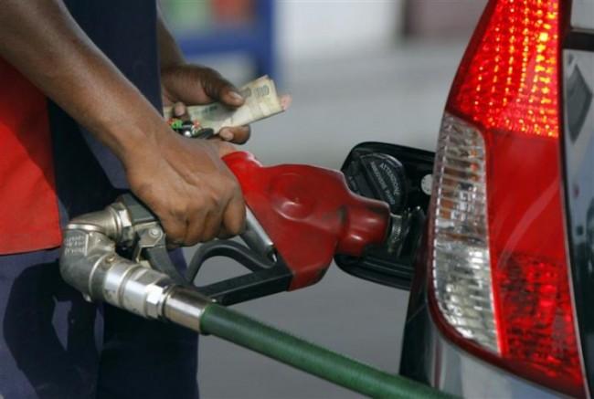 पेट्रोल-डीजल की कीमतों में गिरावट जारी है